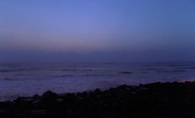 The quiet sky & the roaring ocean at the dawn
