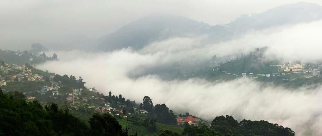 Hills-covered-with-fog-in-Kodaikanal