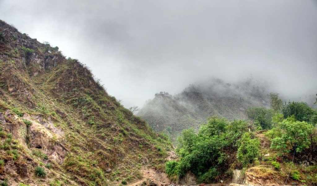 Misty-clouds-covering-the-surounding-mountains-near-Baijnath