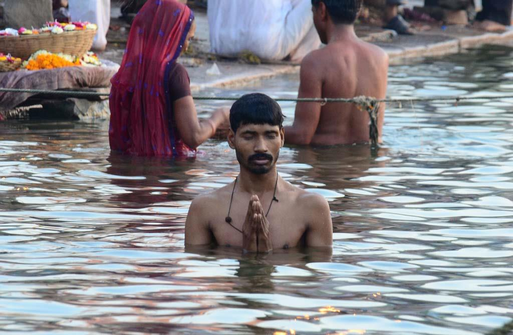 ganges-bath-in-varanasi-india